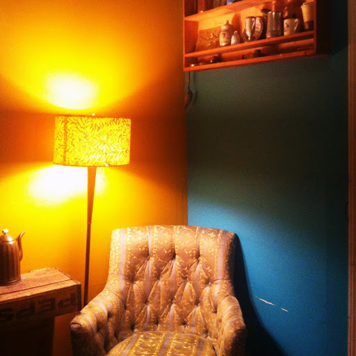 A cozy, brightly colored corner at Ipsento